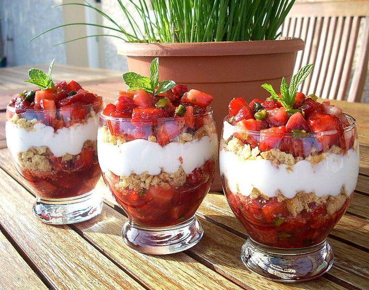 Ingrédients / pour 4 personnes 400 g de fraises 300 g de fromage blanc à 20% 3 cuillères à soupe de crème fraîche à 15%…