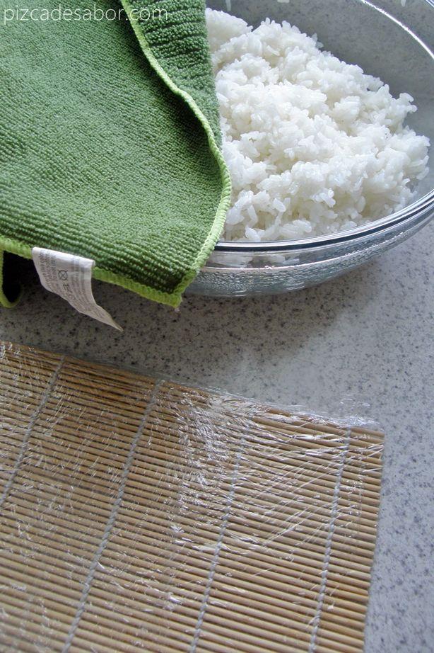 Aprende con este tutorial paso a paso a cocinar el arroz de sushi y hacer 2 salsas para acompañar el sushi, una cítrica y otra picante.