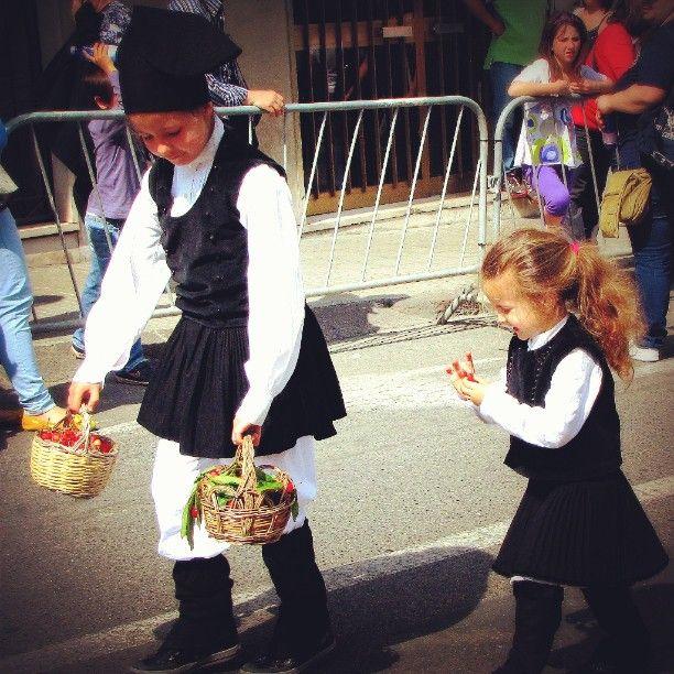 Ogni anno nella penultima domenica di #maggio si svolge a #Sassari la #cavalcatasarda con la # sfilata dei #costumi di tutti i #comuni della #Sardegna (every year, in the penultimate #Sunday of #may is held in Sassari the #parade of #costumes of all the #municipalities of #Sardinia ) #davedere#tosee#uomini#donne#bambini#men#women#children#cavalli#horses#buoi#oxe#artigianatosardo#Sardinianhandicraft#cilie#ciliegie#cherries#ciao by andros_fanc | #Supramonte's - #Sardinia #Sardegna