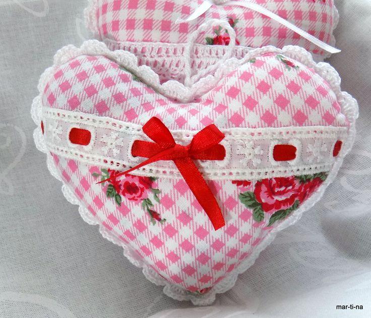 Dekorační srdíčko s vůní levandule II. Srdíčko je ušité ze 100% bavlny, zdobeno ruční háčkovanou krajkou, bavlněnou krajkou, stužkou. Vyplněno je dutým vláknem a sušenou levandulí. Barva: Přední díl - růžovo-bílá kostička s růžičkami  Zadní díl - růžová