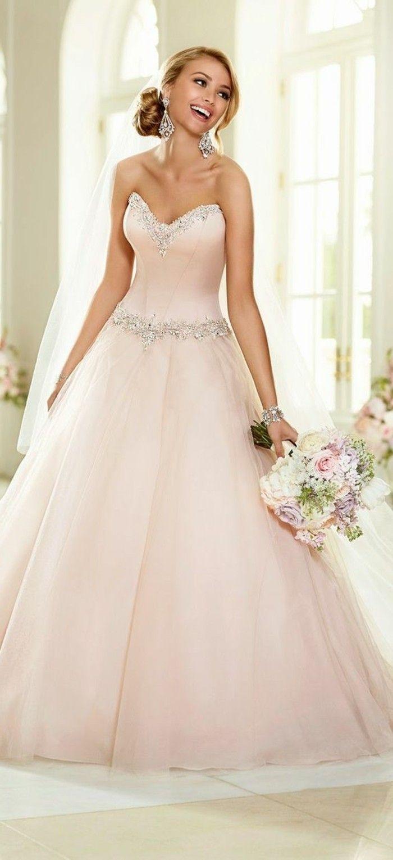Brautkleid in rosa und schöne ohrringe