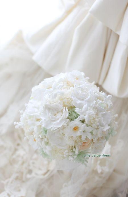 沖縄へ宅配便でお届けしたプリザーブドフラワーのブーケです。 大きな花は白いガーデニア(くちなし)、 中央が黄色の一重のバラや、ジャスミンで。 ...