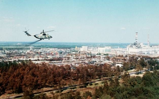 Photo non datée montrant un hélicoptère militaire répandant des substances censées réduire la contamination de l'air rempli d'éléments radioactifs autour de la centrale de Tchernobyl quelques jours après l'explosion du réacteur numéro 4