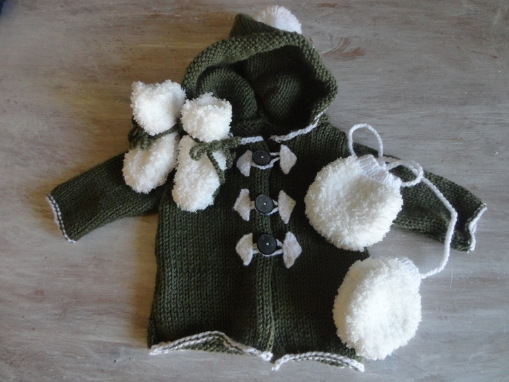 Ensemble bébé kaki : le gilet, les petits chaussons et les moufles....;