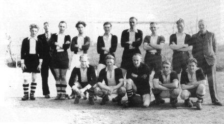 De in 1946/47 opgerichte voetbalclub Noordberqum.  Staand v.I.n.r.: A. de Vries, K. Koop, Reedijk, D. v.d. Meer, W. Feitsma,  J. v.d. Woude, P. Grijpstra, H. v.d. Heide, P. van Dijk. Hurkend: T. v.d. Hoek, J. Everts, G. Bosma, T. Everts, W. Koop.
