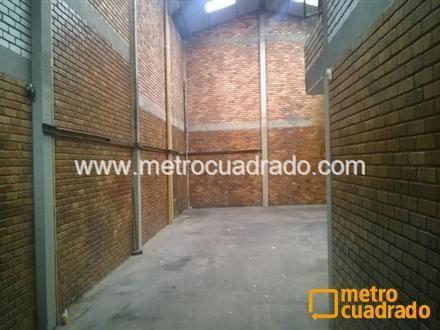 area total de 250 mt2, area libre de ciento ochenta metros cuadrados area de oficinas y local comercial de setenta metros cuadrados bodega a doble altura luz trifasica veinte de kva baños y cocineta porton para camiones.
