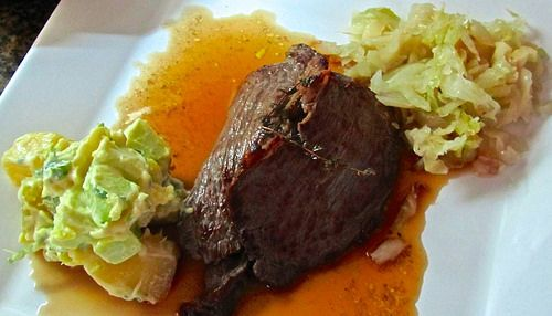 """Roast-beef, maminha com salada de batatas, e chucrute.                               Esse prato é prático se você preparar tudo dias antes: o chucrute demora uns 15 dias para fermentar legal, o roast-beef fica bom depois de """"grelhado"""", um dia na geladeira. A salada de batatas fica pronta em menos de uma hora."""