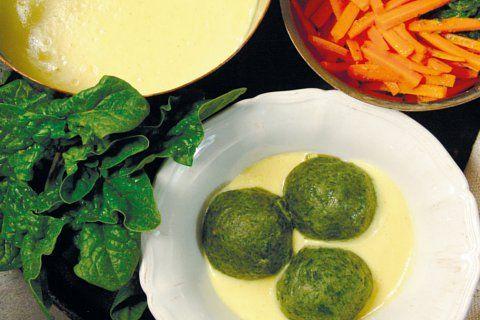 Barbara Rütting zeigt uns mit diesem Rezept, dass Semmelknödel auch vegan hervorragend schmecken. Diese Variante mit Spinat ist besonders fein.