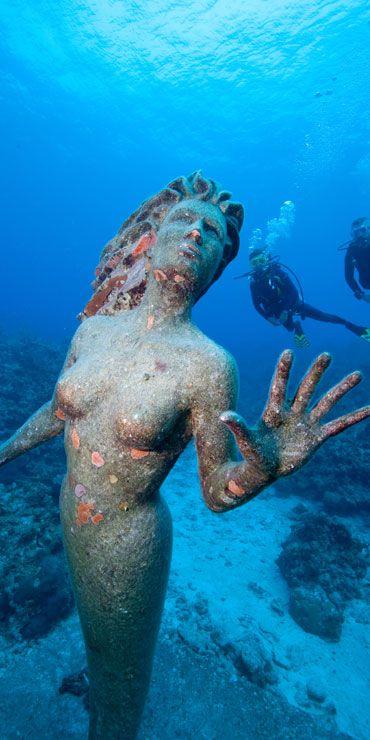 Statue der Aphrodite vor den Cayman-Inseln