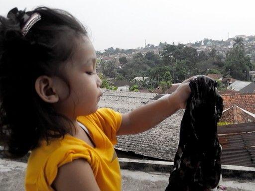 Haikal belajar cuci baju