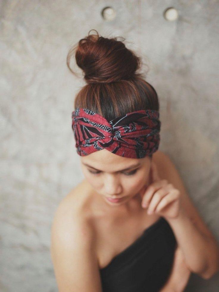 idée de coiffure été moderne - chignon haut et foulard porté en turban