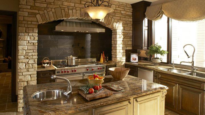 Inspiración de corte clásico en esta cocina de estilo toscano.