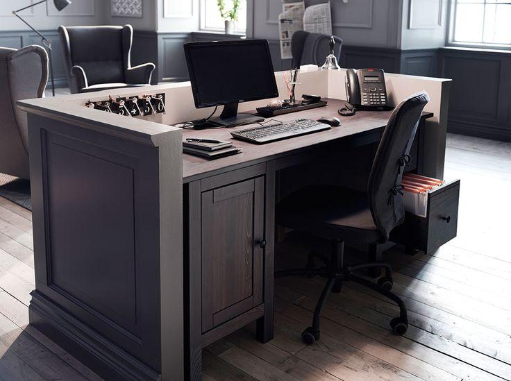 Reception con scrivania in legno massiccio marrone-nero e sedia girevole nera con rotelle