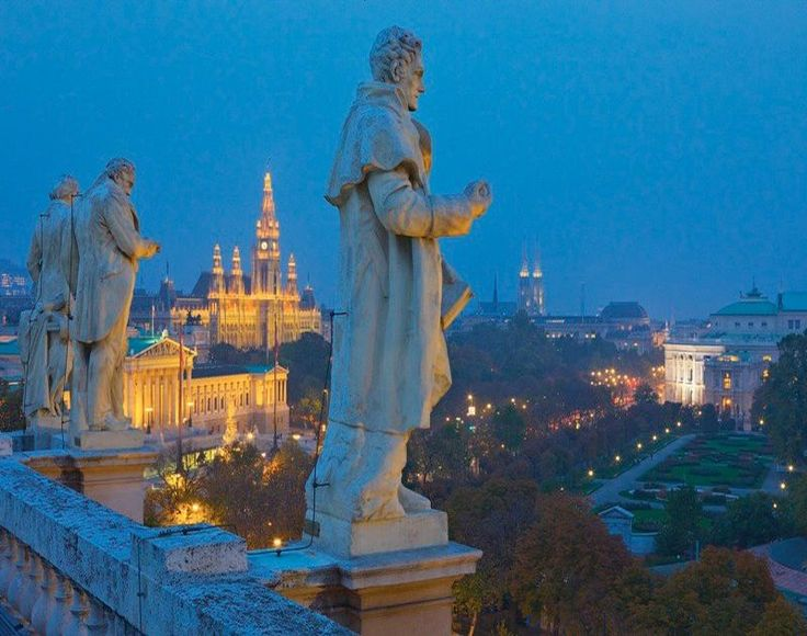 VIENNA - Ένα αλλιώτικο είδος ενέργειας διαποτίζει σήμερα τους πανέμορφους δρόμους της Βιέννης. Και αν παλαιότερα οι ομορφιές των μουσείων φάνταζαν ανέγγιχτες, πλέον νιώθεις στον αέρα ότι η αυτοκρατορική πόλη σε καλεί για ξενάγηση. Ακόμη και αν έχεις μόνο δυο ημέρες στη διάθεση σου. Ανακαλύψτε μαζί μας τα καλύτερα αξιόθεατα αλλά και το πιο hip στέκια της.