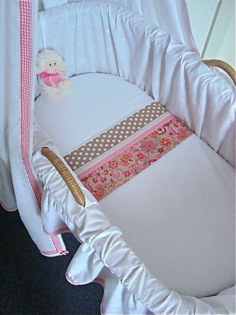 Het subtiele traditionele van de witte bekleding... met juist moderne lakentjes in frisse nieuwe kleuren… geeft de wieg een eigentijds karakter, met eerbied voor traditie! Zie www.bibianawiegbekleding.nl