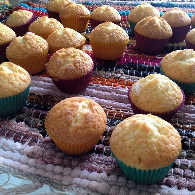 No hay nada como merendar un domingo unas #magdalenas recién hechas 😋 #cupcakes #nata #caseras #merienda #homemade #brunch #breakfast #desayuno #horneando