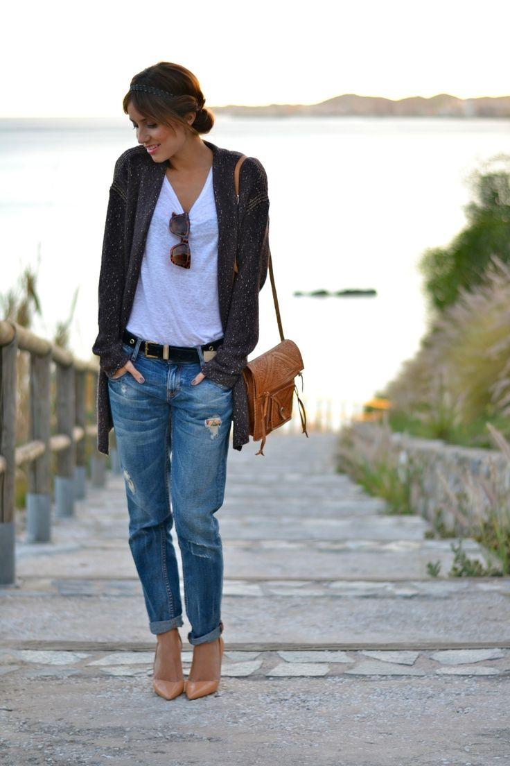 Die junge Dame ist bestimmt noch keine 30 Jahre alt, aber: Ihr Outfit ist ein absolut zeit- und altersloser Casual Style (der auch mit flachen Mokkassins funktionieren würde). Man beachte: Die Sonnenbrille zaubert einen tiefen V-Ausschnitt!