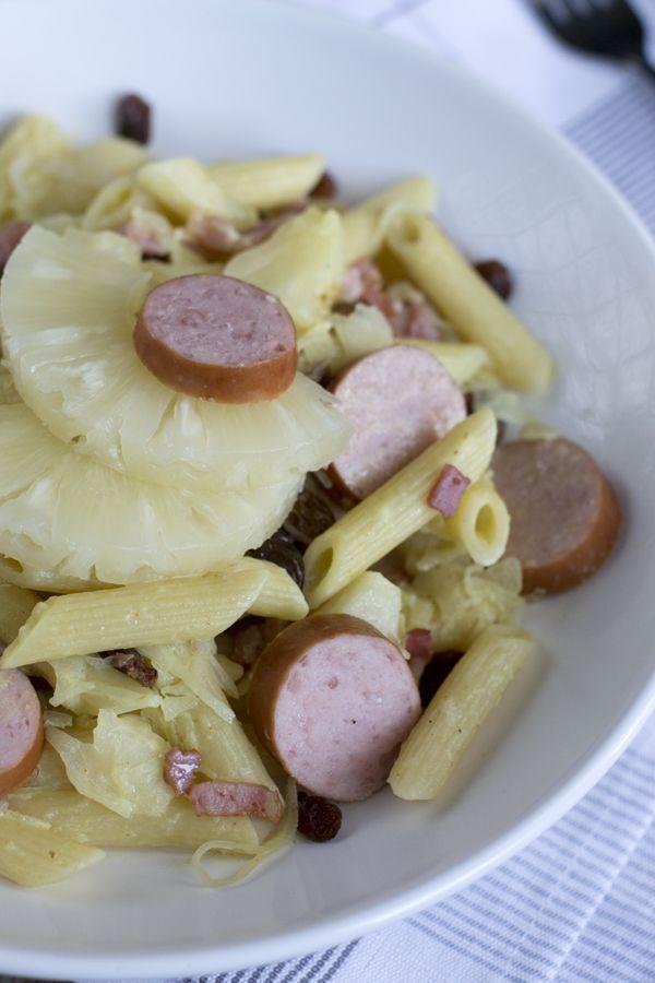 Zuurkool met worst, maar dan anders. Zuurkool, worst en pasta! Recept via BrendaKookt.nl