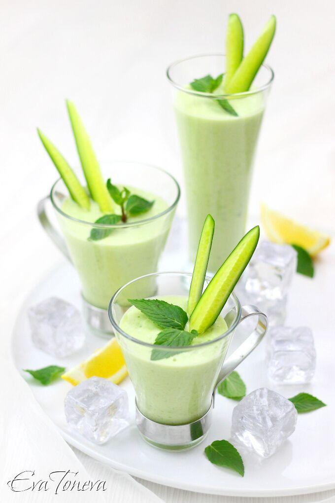 Koude soep met avocado en komkommer voor 4-6 pers. 200 ml water, 200 g yoghurt, 100 g zure room,2 rijpe avocado's en 2 komkommers geschild en in stukjes gesneden, groene uien, fijngehakte verse bladeren munt, zout en peper naar smaak. Doe de ingrediënten in een blender en pureer tot een gladde massa, voeg meer water indien nodig. Breng op smaak met p x z. Verdeel in kommen, garneer met komkommer en muntblaadjes. Afkoelen gedurende 30 minuten in de koelkast. Soep garnituren met ijsblokjes.