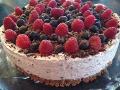 Superrask Ostekake med sjokolade og friske bær!