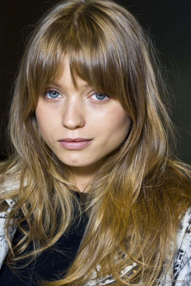 As franjas retas com comprimento na altura da sobrancelha são as mais indicadas para mulheres de rosto quadrado.