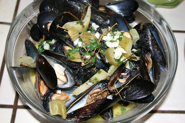 Mussels - Moules à la marinière / http://www.cheeseslave.com/oysters ...