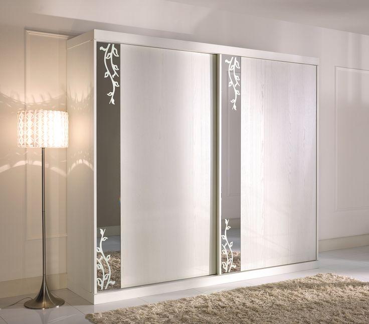 Armadio con 2 ante scorrevoli con specchio con decorazione sabbiata - Wardrobe with 2 sliding doors with frosted pattern mirror