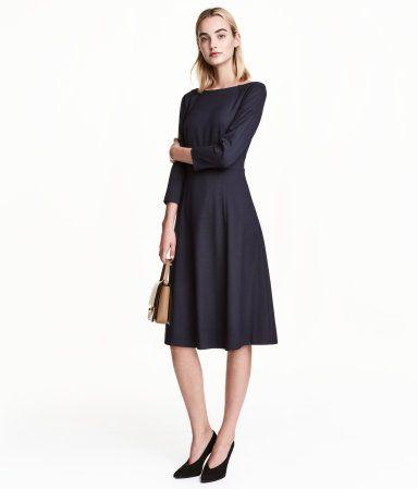 Dunkelblau/Gemustert. Knielanges, figurbetont geschnittenes Kleid aus Webstoff. Modell mit 3/4-langen Raglanärmeln und Taillennaht. Figurbetontes Oberteil