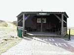 """Trouwlocatie Oerdhut Trouwlocatie in Ameland  De Oerdhut in het schitterend natuurgebied """"Het Oerd"""" staat ongeveer 6 kilometer ten oosten van het dorp Buren.  Het gebied is beperkt toegankelijk (alleen op de wandelpaden) voor publiek. De locatie bevindt zich in een duingebied op ongeveer 100 meter van het wad en op enkele honderden meters vanaf het Noordzeestrand. De Oerdhut staat aan de voet van het duin 'Oerdblinkert' en biedt ruimte aan ongeveer 30-40 personen.   De Oerdblinkert…"""