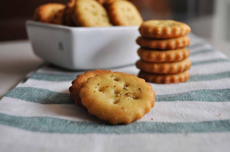 L'inconfondibile sapore dolce-salato dei crackers Ritz è davvero unico, io ho cercato di ricrearlo con questa ricetta e credo che venga riprodotto quasi perfettamente. Provate per credere. Nelle do…