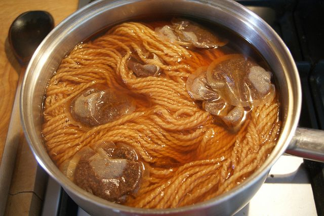 Dyeing yarn with rooibos tea