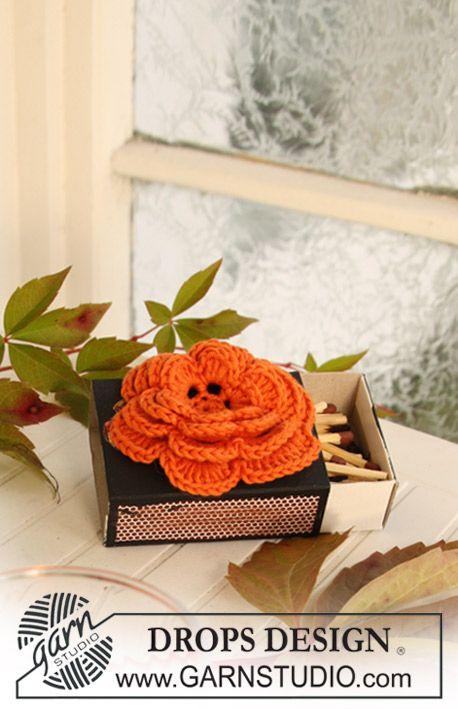 DROPS gehaakte roos en gehaakte bobèche voor Halloween van Safran.  Gratis patronen van DROPS Design.