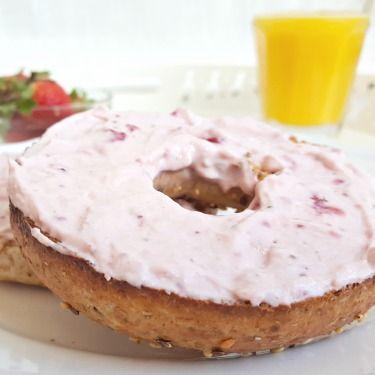 Du fromage à la crème aux fraises fraîches et au chocolat blanc!! Ça, ça commence vraiment bien un matin! #déjeuner #brunch #recette