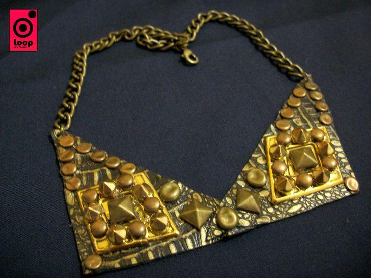 Cuello, lo nuevo del 2013, realizado en cuero italiano con tachas en oro viejo...