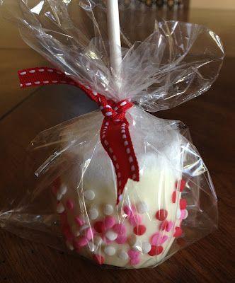 Bombones cubiertos de chocolate con confeti de acuerdo a la ocasión. En este caso de San Valentín. Fácil