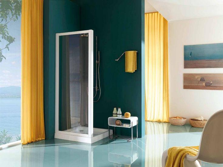 douche à l'italienne : rideaux jaunes, peinture bleu canard, carrelage en grès cérame et tableaux décoratifs