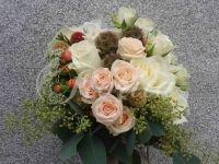 Kytice nevěsty z růží, eustom, třezalky, scabiosy stellaty a hortenzie