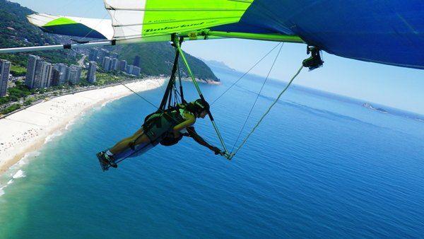 Voar de Asa Delta no Rio de Janeiro é uma das melhores formas de conhecer a beleza da cidade vista de cima. Lindas paisagens e uma boa dose de aventura. Rio de Janeiro, RJ, Brasil.