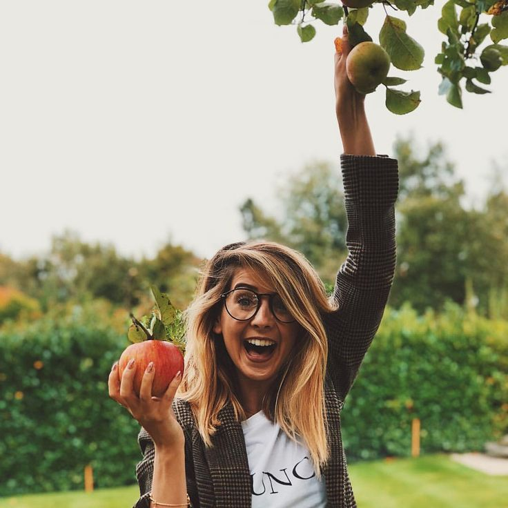 """Polubienia: 428.2 tys., komentarze: 804 – Zoella (@zoella) na Instagramie: """"This was the moment of pure joy when I managed to grab the exact apple that I wanted 🍎🍂"""""""
