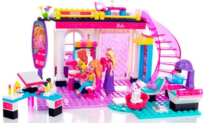 Barbie Salón de Belleza;  ¿Lacio o rizado? ¿Corto o largo? ¿un color, dos o más?   Barbie® y Summer® tienen muchas opciones a la hora de visitar el Construye y juega Salón de belleza de Mega Bloks Barbie®. Construye el Salón de belleza con una escalera brillante que conduce a una entreplanta. ¡Organiza como quieras las áreas de peluquería y tocador!... En http://www.opirata.com/barbie-salon-belleza-p-28516.html