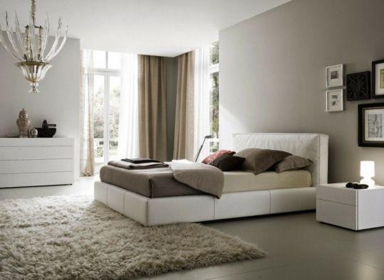 Diseño de interiores cálido y moderno. Se distingue por su gran luminosidad natural, con ventanales dispuestos en uno de los ángulos del dormitorio con cortinas blackout para oscurecer de acuerdo con las necesidades.