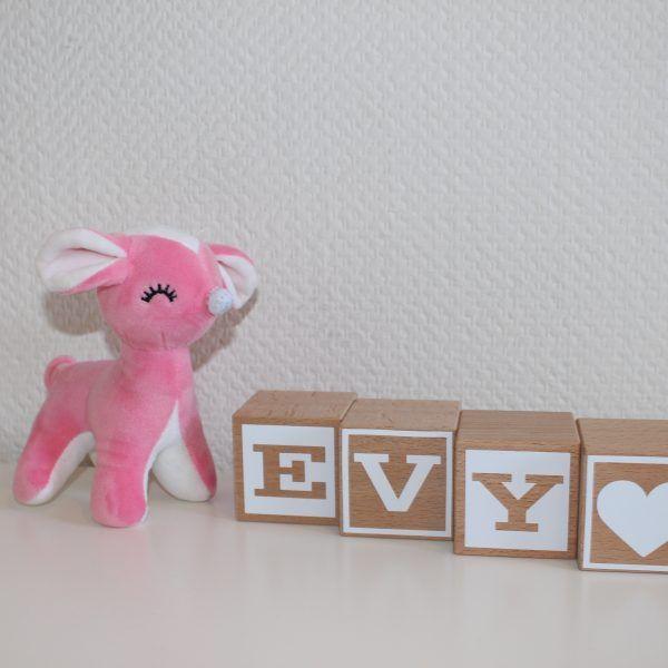 Naamblokken Evy, mooie stoere houten naamblokken. In verschillende uitvoeringen en formaten te verkrijgen @mddesigns.nl