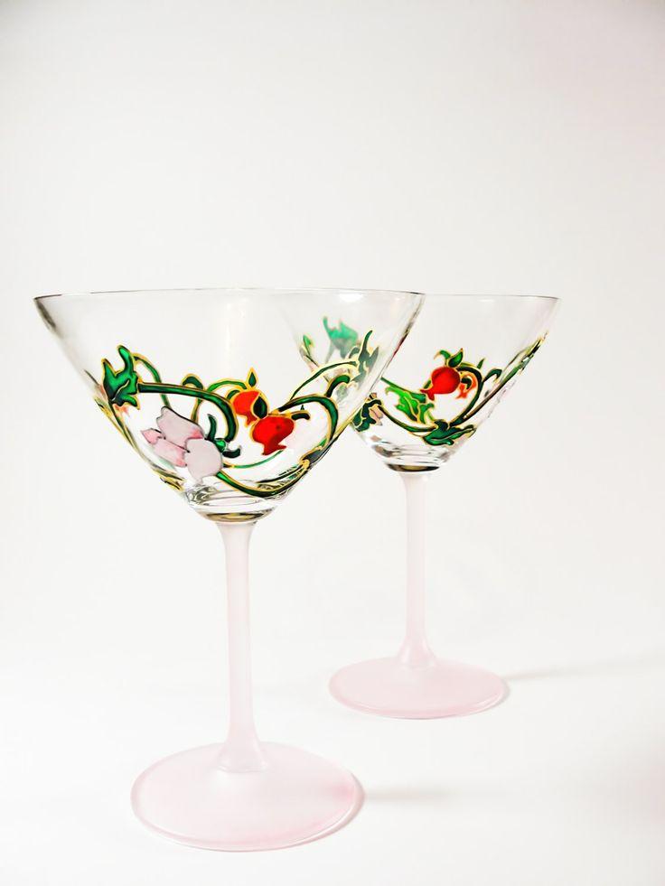 Martini dipinta a mano - Set di 2 bicchieri da Cocktail - fiore rosa e vetro rosso melograno - Housewarming dono di occhiali. di Vitraaze su Etsy https://www.etsy.com/it/listing/194026965/martini-dipinta-a-mano-set-di-2