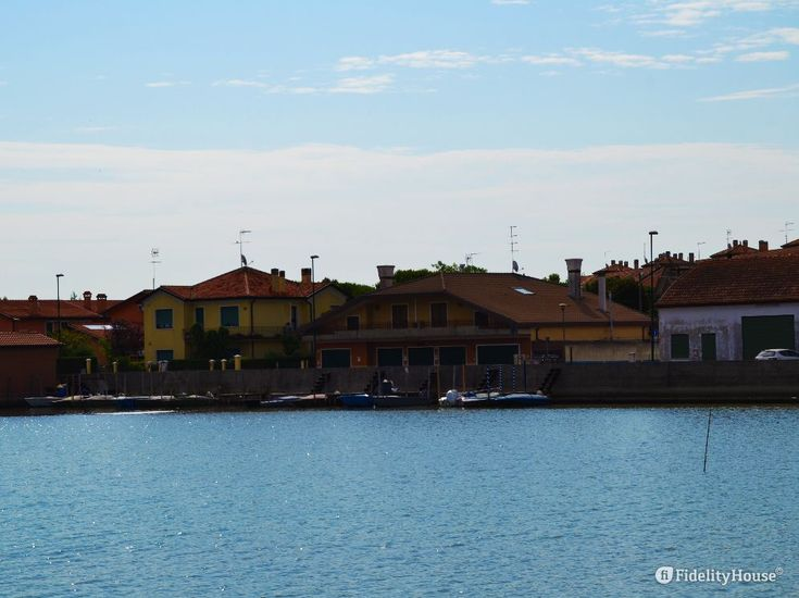Ecco una fascia di Laguna Veneta là dove incontra la strada e le case.
