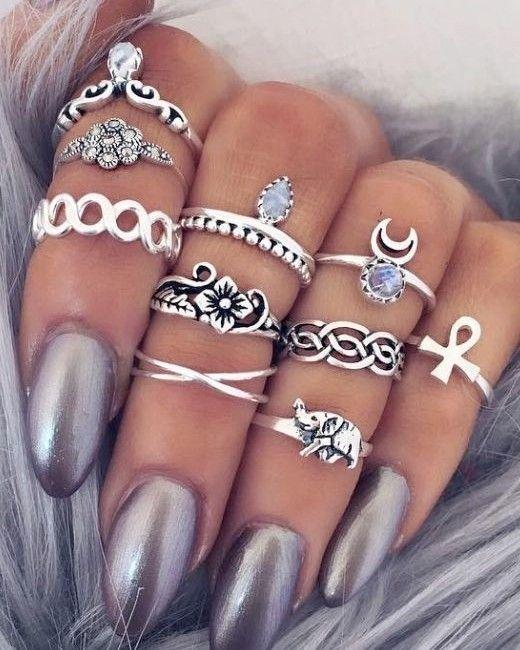 Não sabemos do que gostamos mais: das unhas ou dos vários anéis