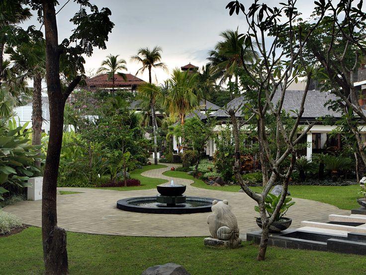 Die 30 Zimmer im Garden Wing liegen auf der anderen Seite, getrennt von Strand und Hauptgebäude mit Beach Wing des Seminyak Beach Hotel, und bieten ein großzügiges Raumangebot von ca. 47 m² mit Badezimmer, separater Dusche und Badewanne, Balkon, 42 Zoll Fernseher und DVD Player, IDD Telefon, Zimmersafe, Minibar sowie Kaffee- und Teekocher.  #Indonesien #Bali #Seminyak #TheSeminyak #SeminyakResort #SeminyakBeach #SeminyakBeachResort #Tourismustv