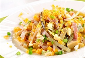 Sałatka na przyjęcie i nie tylko / Dinner Party Salad połączenie szynki, pieczarek, ogórków, kukurydzy i obowiązkowo – jajek, dekoracyjnie posypane żółtkami.