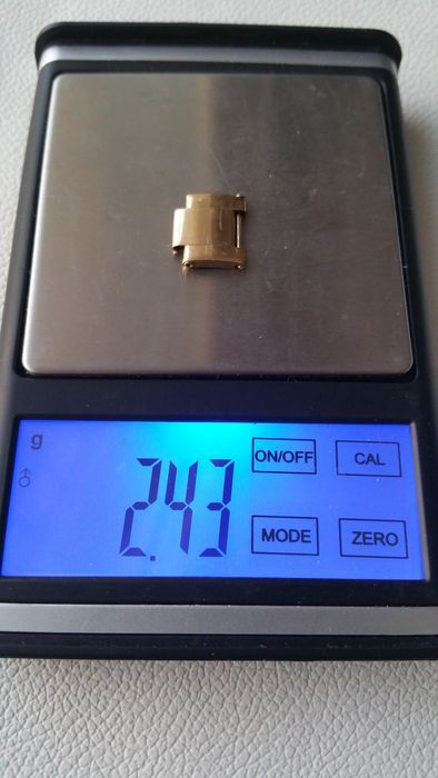 Rolex - 18 kt geel goud koppeling met klinknagels - voor mannen Rolex Oyster band - jaren 1980  Rolex - 18 kt geel goud link voor Rolex Oyster band met klinknagels (zeer zeldzaam) die werden gebruikt op verschillende mannen Rolex modellen uit de jaren 1980inclusief de Daytona.Afmetingen:Lengte: 10.15 (foto nr. 9)Breedte: 13.21 (foto nr. 8)De koppeling heeft gefotografeerd onder verschillende lichte belichtingen en met het gebruik van een macrolens te tonen haar schoonheid en…
