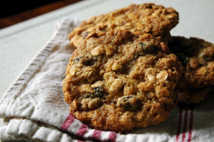 Estas galletas de avena y nuez son una delicia.  Mira la receta en su página original =) http://www.kiwilimon.com/receta/postres/galletas/galletas-de-nuez/galletas-de-avena-pasas-y-nuez