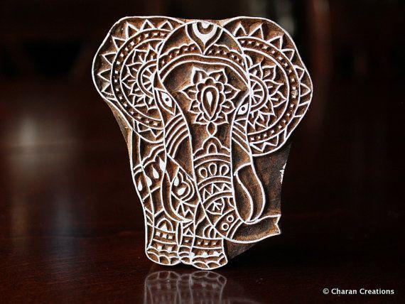 Tampons bois indien fait à la main sont une combinaison unique dArt, habileté et fonctionnalité !  Ce joli tampon bois dispose d'un éléphant tribal conçu sur mesure, magnifiquement sculpté à la main sur le bloc de bois. Le timbre est de 3,5 pouces (89 mm) de 3 pouces (76 mm) et 1,5 pouces (38 mm) d'épaisseur.  En raison de la nature à la main de timbres, aucuns deux morceaux ne seraient exactement identiques ; Il pourrait y avoir des légères variations dans nimporte quel deux sculptées de…